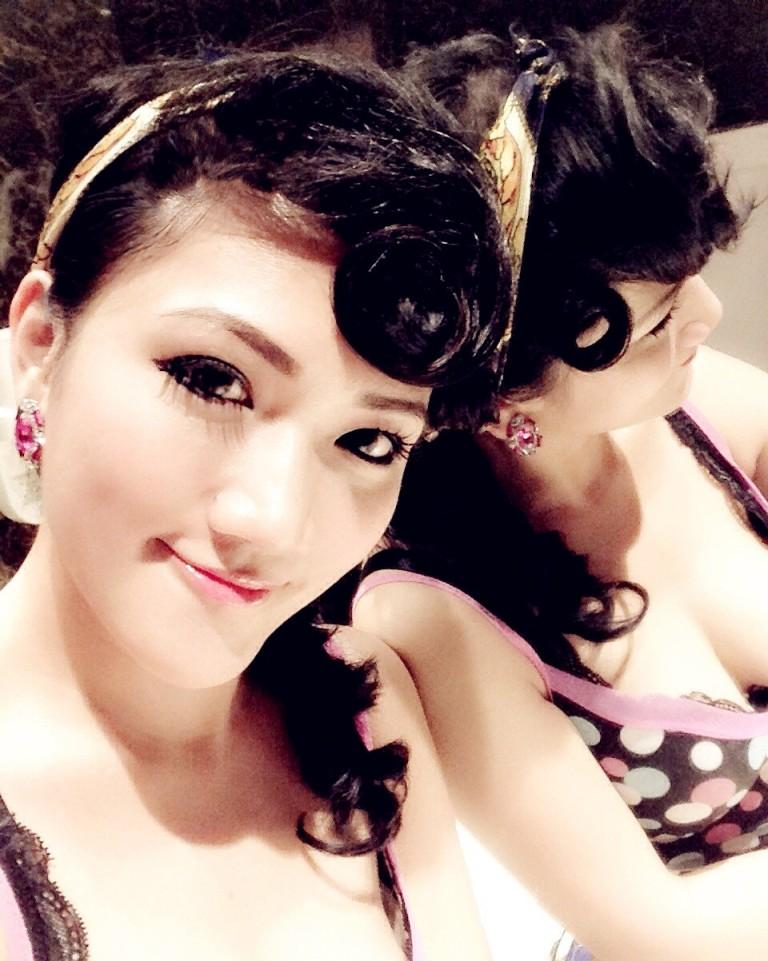 pin up girl millionmars selfie